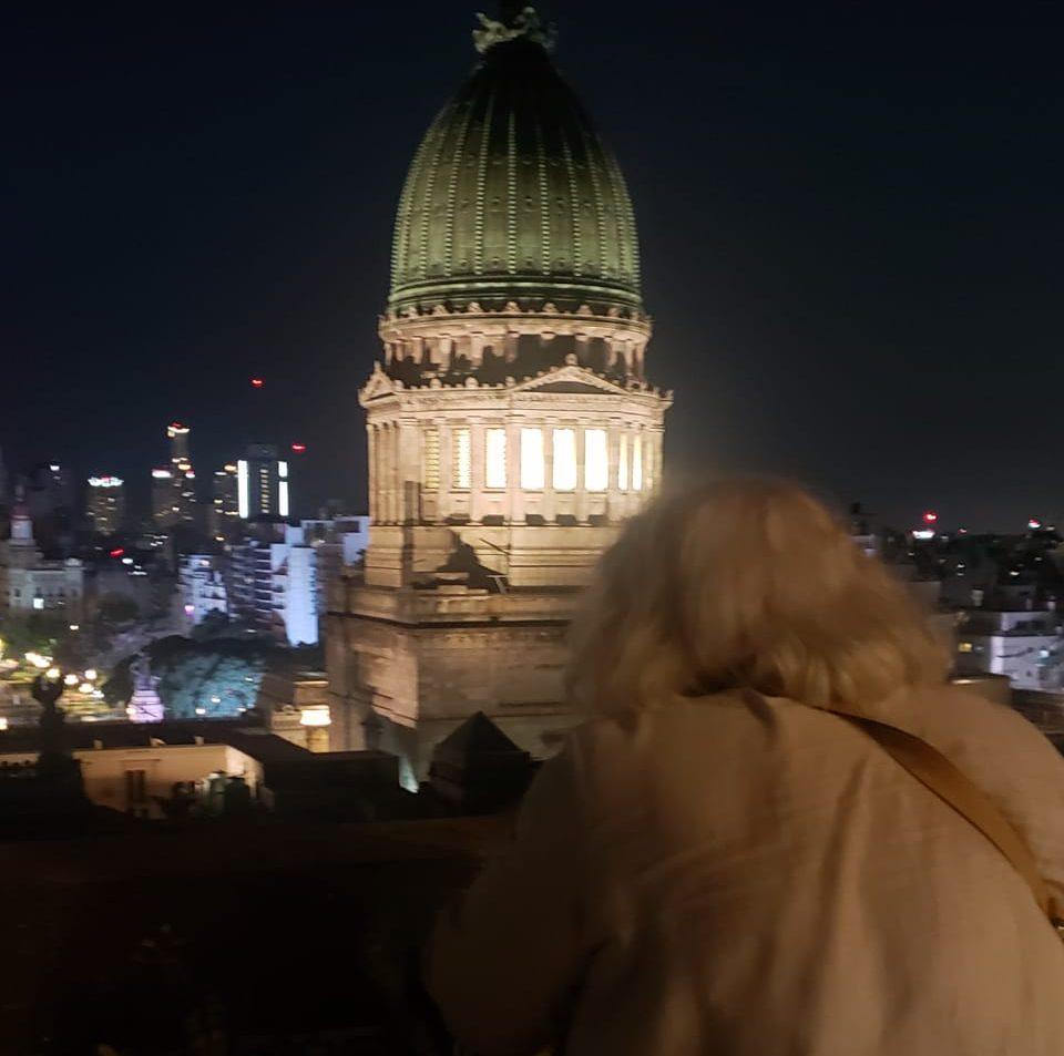 Nelly Minyerski mirando al Congreso, una de las ejecutoras del proyecto original. Foto de Marcela Ojeda.